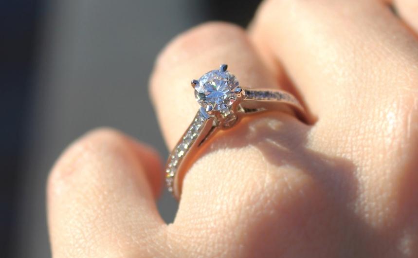 Las diferencias entre un anillo de compromiso y de solitario